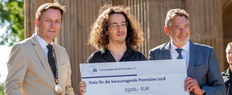 Günther and Jakobs present prize to Lopes